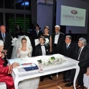 Çiftlerin şahitliklerini Mertol Tulum,Osman Şahin ve Ulaştırma eski Bakanı Enis Öksüz yaparken, evlilik cüzdanını çifte Enis Öksüz verdi.
