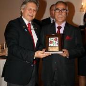 Hasan Duman'in ödülünü 2016-2017 Rotary 2440 Bölge Başkanı Reha Akın verdi