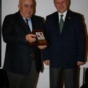 Yüksek mimar Hasan Sözüneri'nin ödülünü 2016-2017 Rotary 2440 Bölge Başkanı İsmail Rodoplu verdi