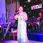 Yeni yılın ilk dakikalarında Bursalılar, sanatçı İzel ve Neco'nun şarkılarıyla coştu. Crowne Plaza Otel'de sevenleriyle buluşan ünlü sanatçı İzel, müthiş sahne performansıyla göz doldurdu. Yılbaşını hayranlarıyla birlikte geçiren İzel, yeni yılın Türkiye'ye huzur ve barış getirmesini diledi.