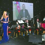 Ünlü şarkıcı Petek Dinçöz, yeni yıla Azerbaycan'da girdi. Gebele'de 2 bin kişiye konser veren Dinçöz, Azeri hayranlarıyla buluştu.  Dinçöz, yeni yıl için özel olarak hazırlattığı kostümüyle hem göze hem kulağa hitap etti. Saatler 12.00'yi gösterdiğinde Dinçöz'ün sahnesindeki dev barkavizyondan Azerbaycan Cumhurbaşkanı İlham Aliyev'in ülkesine yeni yıl dileklerini sunduğu görüntü yayınlandı.
