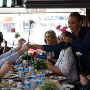 Miss Quality Group Başkanı Ebru Yalçın, katılan tüm bayanların kadınlar gününü kutlayarak, tüm bayanlara tek tek karanfil takdim etti.