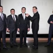 Gökçe Belge'nin üyelik rozetini BTSO Yönetim Kurulu Başkanı İbrahim Burkay taktı