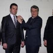 Yeni üyesi olan Murat Kılıç'a üyelik rozetini BTSO Meclis Başkanı Remzi Topuk taktı