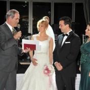 Recep Altepe nikahın ardından evlilik cüzdanını Yeşim Küçükçetin'e teslim etti.