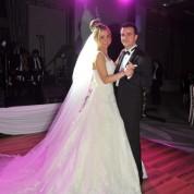Yeşim-Adnan Küçükçetin çifti, ilk dansını davetlilerin alkışları eşliğinde gerçekleştirdi.