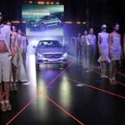 Yeni nesil Mercedes-Benz C-Serisi ve yeni GLA, mankenler eşliğinde podyuma getirildi.