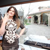 Dünya starlarının tercihi takıları parmağına takan Selma Hanım,  objektiflere samimi pozlar verdi.