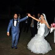 02 Mutlulukları gözlerinden okunan çift düğün boyunca doyasıya eğlendi