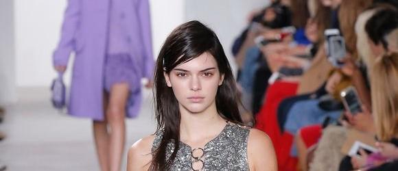 Kendall Jenner, Sıfır Makyajla Podyuma Çıktı