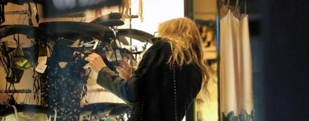 Courtney Love'a İç Çamaşırı Seçerken Görüntülendi