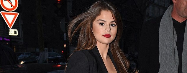 Selena Gomez Sokağa İç Çamaşırsız Çıktı