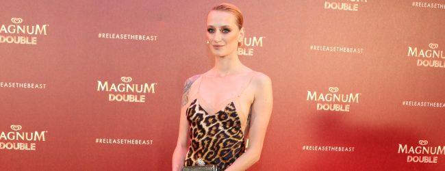 Didem Soydan Cannes'da dünya basınına poz verdi