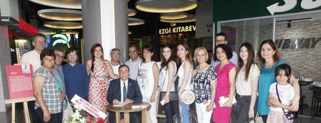 Kemal Demirel'in kitap imza günü büyük ilgi gördü