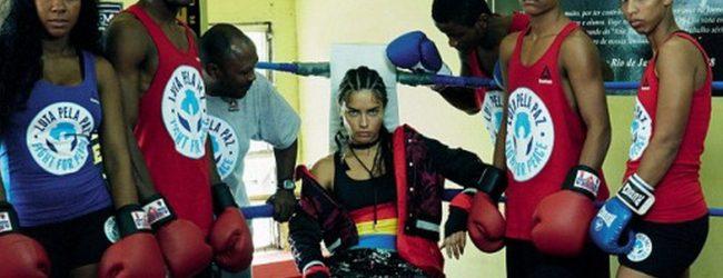 Adriana Lima'dan boksör pozu
