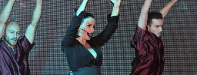 Gülşen hamile tulumuyla sahneye çıkmaya başladı