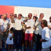 Yarışmanın birinciliğini elde eden Farfara takımı ekibi birinciliği şampanya patlatarak kutladı.