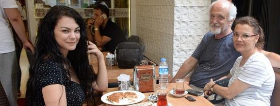 Nez ve ailesi yemekte