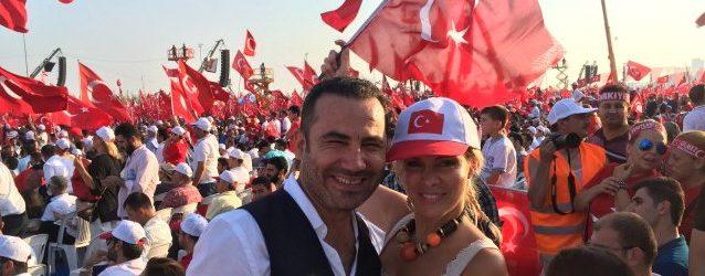 Türk bayrağını birlikte salladılar