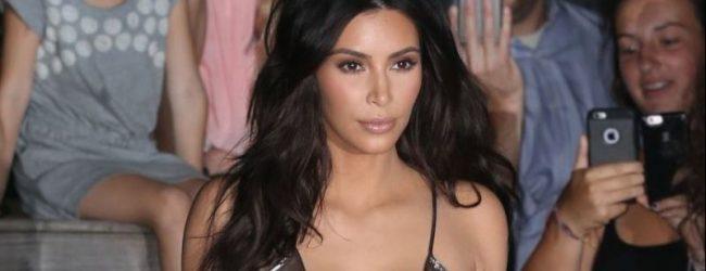 Kim Kardashian vücudunu gözler önüne serdi