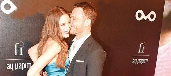 Serenay Sarıkaya'yı öpücüklere boğdu