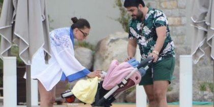 Ebru Yaşar ikizleriyle Bodrum'da tatilde!