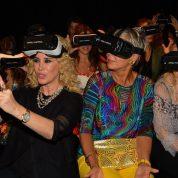 2-Arzu Kaprol'ün daveti ile sunuma katılan Demet Sabancı Çetindoğan, Leyla Alaton ve Ruken Mızraklı, sanal gözlüklerle selfi çekmeye çalışınca eğlenceli anlar yaşandı.