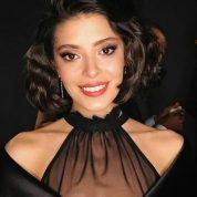Filmin oyuncularından Selin Şekerci güzelliği ile gecenin yıldızı oldu.