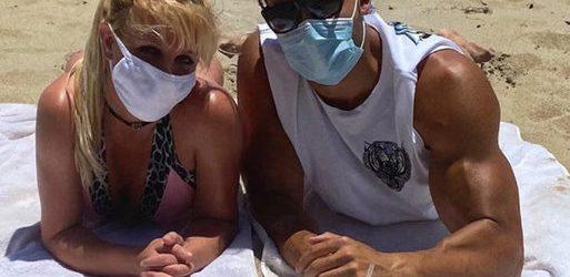 Britney Spears ile sevgilisi Sam Asghari maskeyle güneşlendi