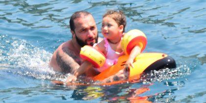 Berkay Şahin ile kızı Arya'nın deniz keyfi