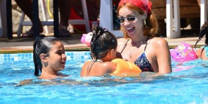 Zeynep Demirel kızlarıyla eğlendi