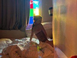 Merve Boluğur'dan yatak pozu